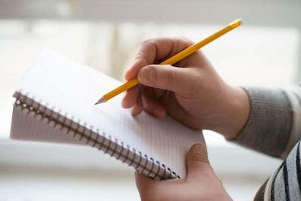 Main écrivant