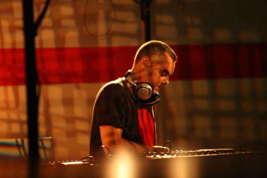 vue de trois quart du DJ en train de mixer