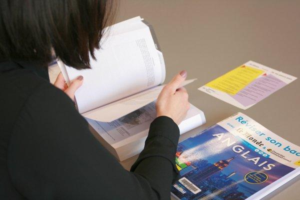 photo d'étudiante révisant son Bac