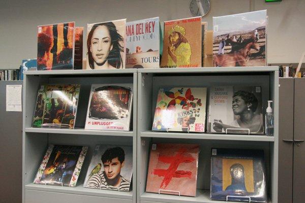 Vinyles dans l'espace Musique de la Bpi