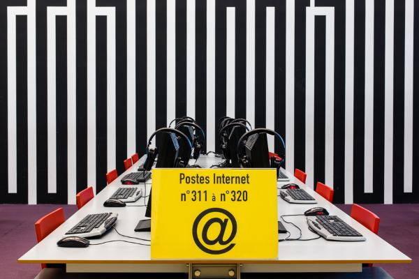 photo d'une table avec des postes internet