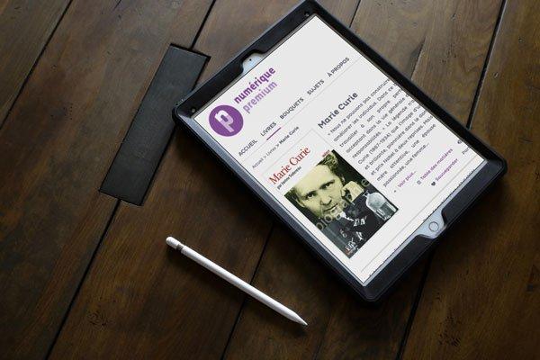 tablette numérique posée sur une table
