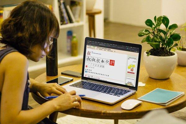 femme travaillant sur un ordinateur