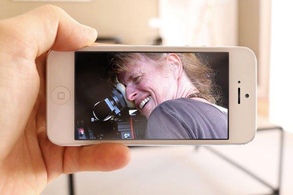 homme regardant un film sur un téléphone