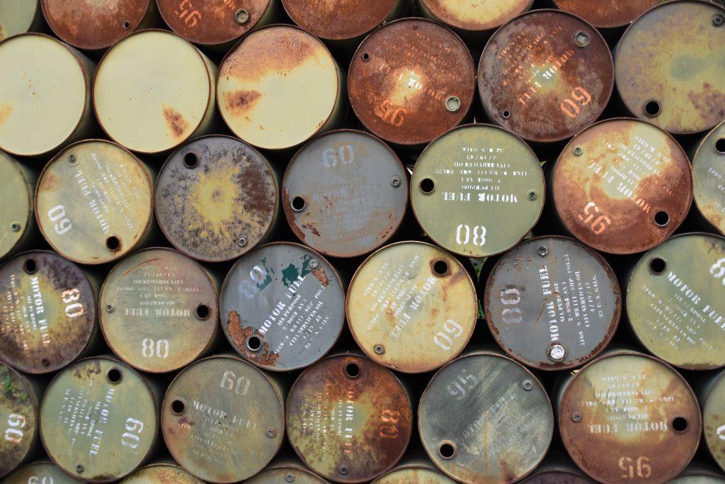Barils de petrole vide, empilés
