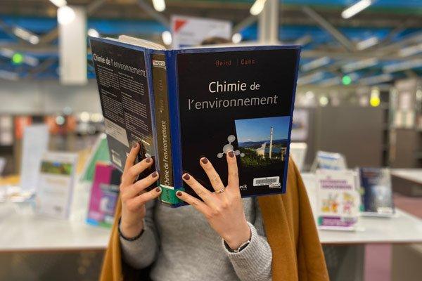lectrice à la bibliothèque