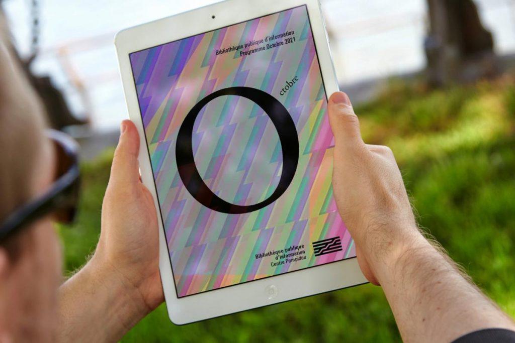homme tenant une tablette numérique dans un parc