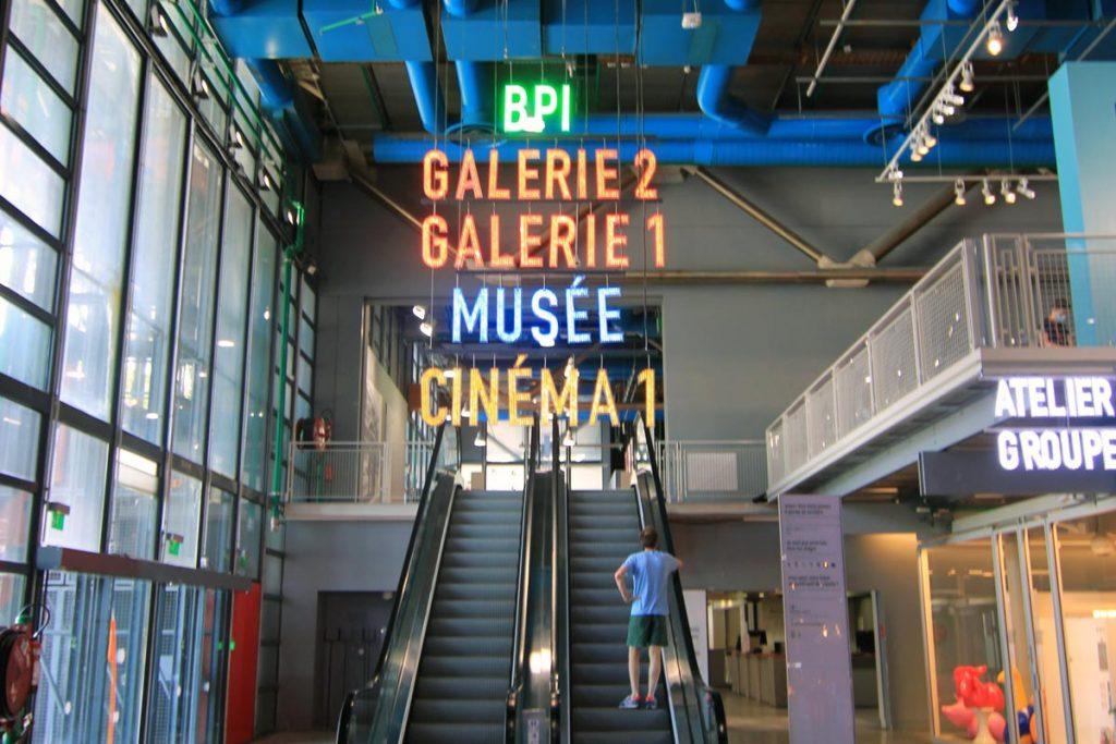 photo de l'escalator menant au musée et à la bibliothèque.