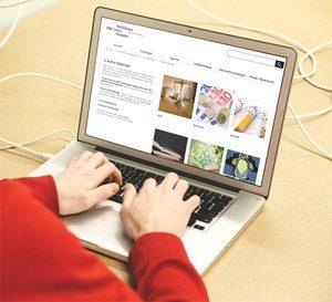 Personne sur son ordinateur en train de consulter l'autre Internet