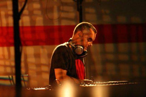 vue de trois-quart du DJ en train de mixer