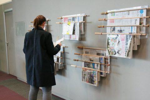 Lire la presse à l'espace Presse de la Bpi