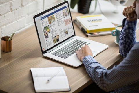 homme travaillant sur un ordinateur