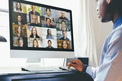 homme en visioconférence sur un ordinateur
