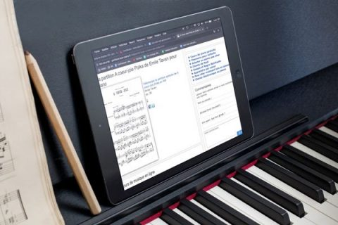 iPad posé sur un piano
