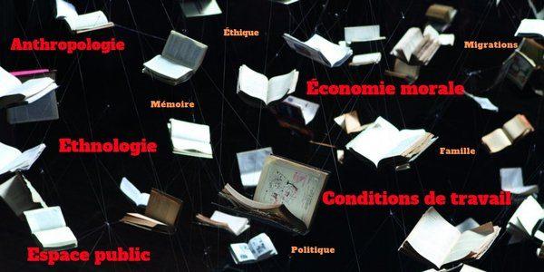 Visuel de livres qui volent avec des mots clés apposés dessus