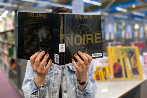 photo d'un usager lisant un livre