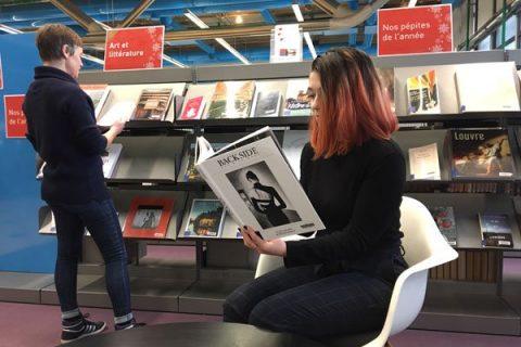 lectrices consultants des ouvrages dans le salon Arts et littérature