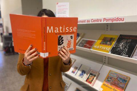usager lisant un livre sur Henri Matisse