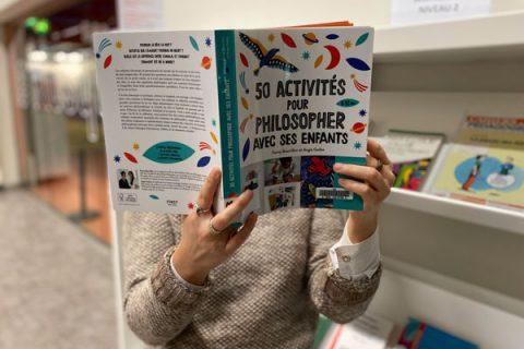 usager lisant un livre de philosophie