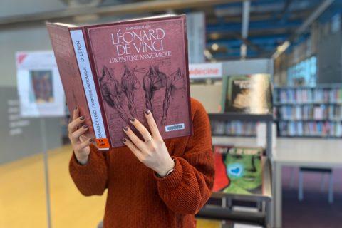 usager lisant un livre sur Léonard de Vinci