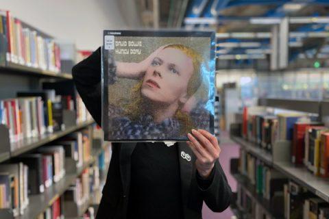 photo d'une personne tenant un vinyle