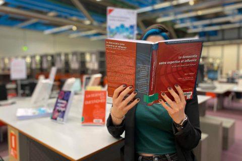 lectrice consultant un ouvrage de la bibliothèque