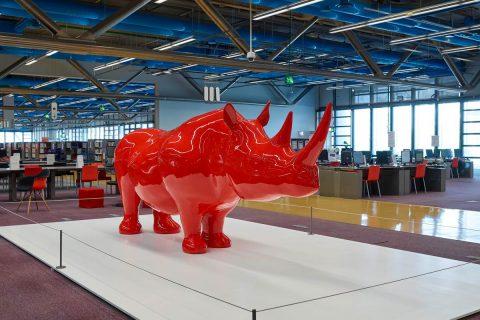photo du rhinocéros de Xavier Veilhan installé au niveau 2 de la bibliothèque.
