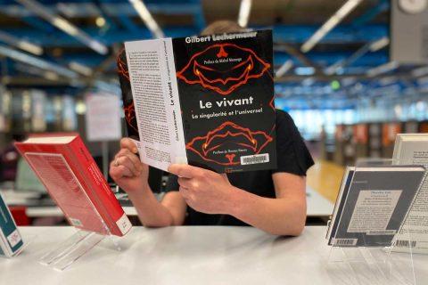 lectrice tenant un livre près d'une table de valorisation
