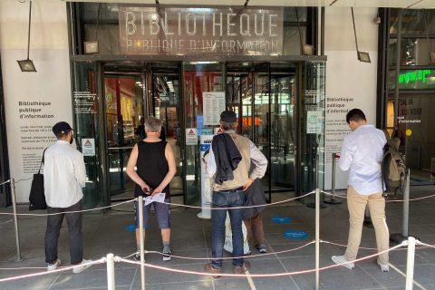 usagers attendant l'ouverture de la bibliothèque devant l'entrée provisoire rue Beaubourg