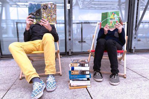 photos de deux personnes lisant un livre dans un transat.