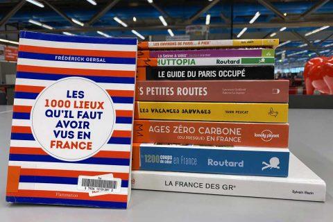pile d'ouvrages posée sur une table de la bibliothèque