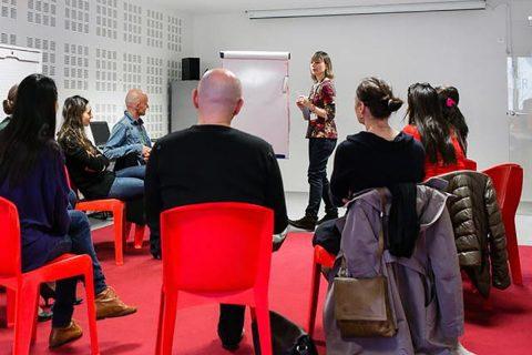personnes participants à un atelier de conversation dans l'atelier de la Bpi