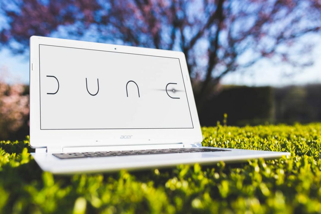 ordinateur posé dans l'herbe