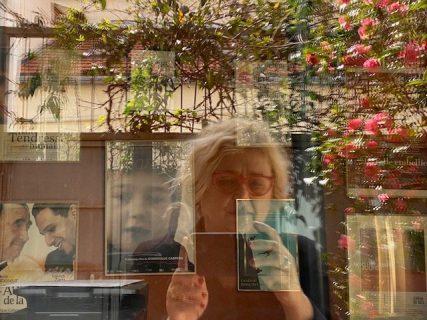 Le reflet de Dominique Cabrera dans une vitrine