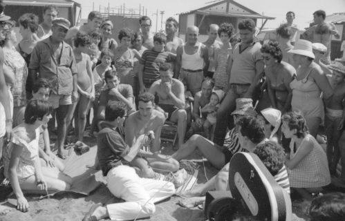Pasolini posant des questions à une foule sur la plage