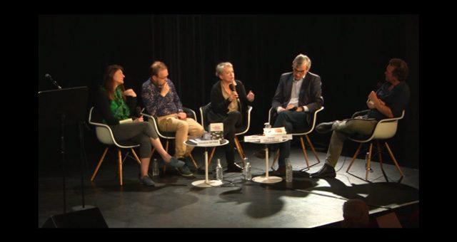 Quatre intervenants sur scène