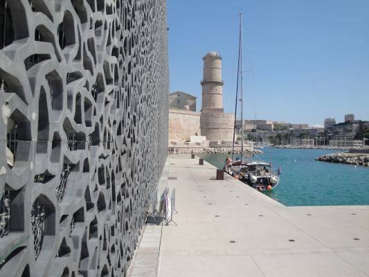 vue du MUCEM à l'entrée du port de Marseille