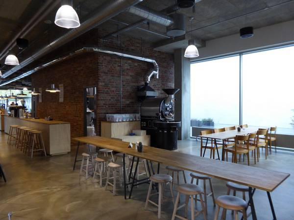Les tables du café, dans l'espace de la bibliothèque