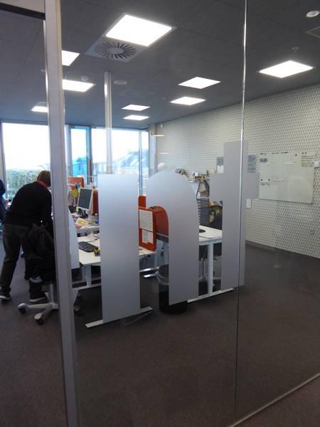 des bureaux, vitrés et lumineux