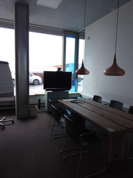 Une salle de réunion ou de travail en groupe