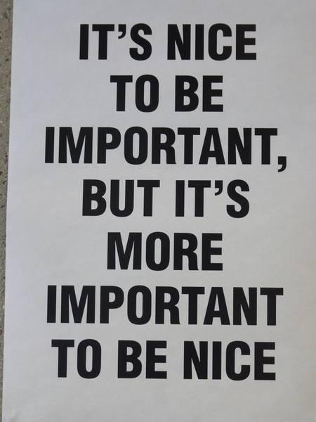 Une affiche dans un bureau: it's nice to be important, but it's more important to be nice
