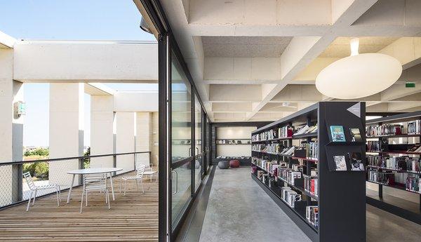 Terrasse du 2ème étage et espace Roman noir