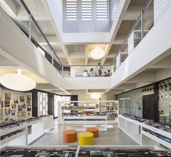 Espace Musique/Cinéma au 1er étage surplombé par un espace de travail au 2ème étage,