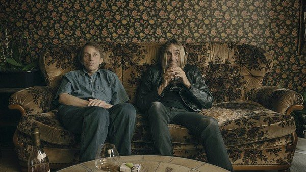 Michel Houellebecq et Iggy Pop assis sur un canapé