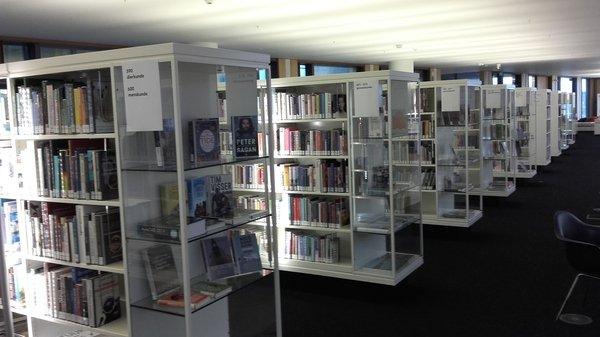 Etagères à la bibliothèque centrale de l'OBA