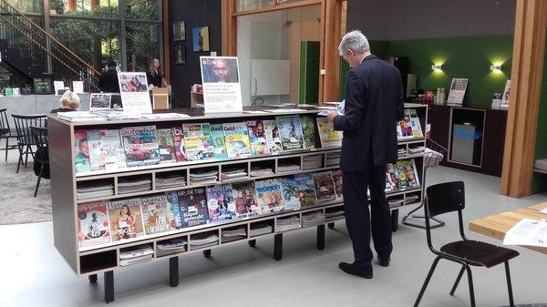 étagères à périodiques de la bibliothèque Bijlmer