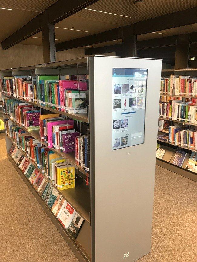 Ecran intégré aux étagères à DE KROOK