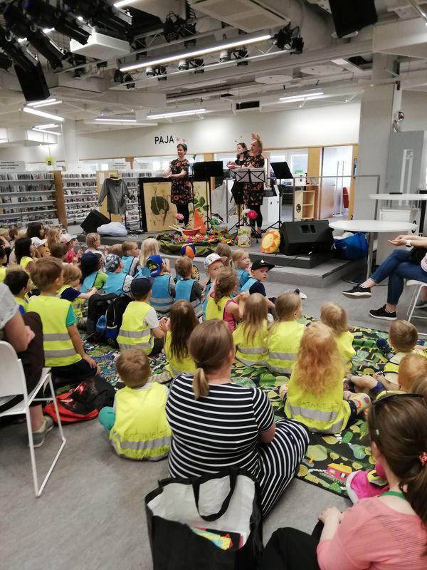 enfants dans l'espace jeunesse lors d'un spectacle, de dos à Espoo