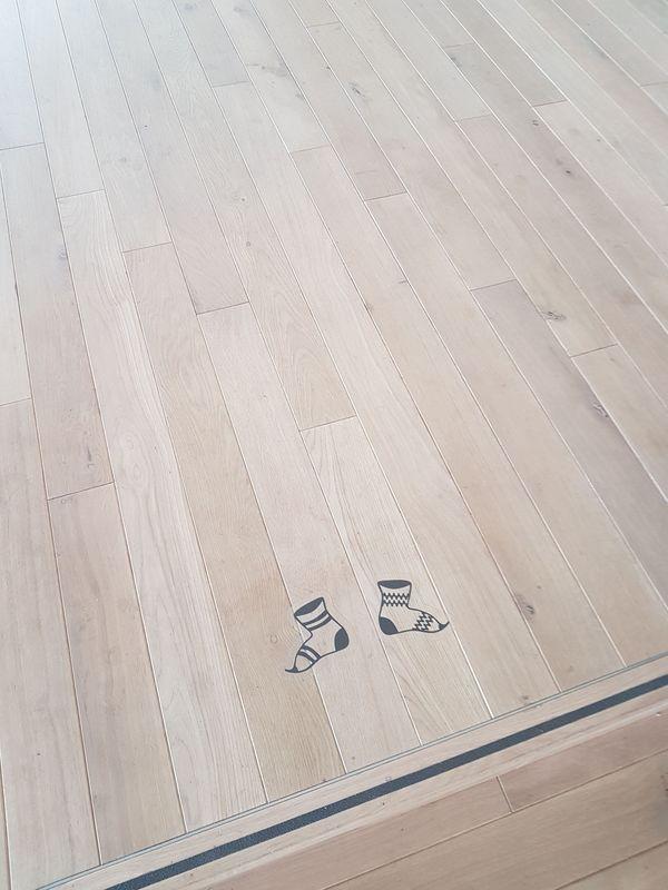 sol avec dessin de pieds