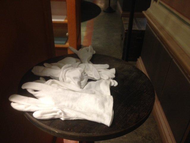 gants blancs exposés